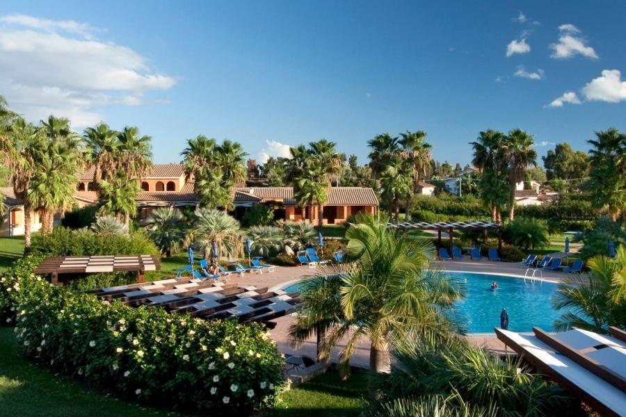 il-giardino-dell'hotel-a-Pula-Sardegna.jpg